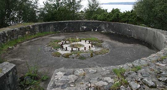 Позиции 127-мм орудий.