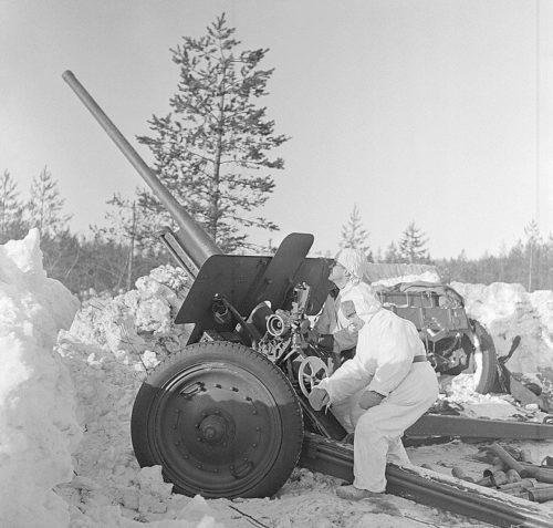 Советская пушка F-22 76 захвачена финскими войсками. Февраль 1940 г.