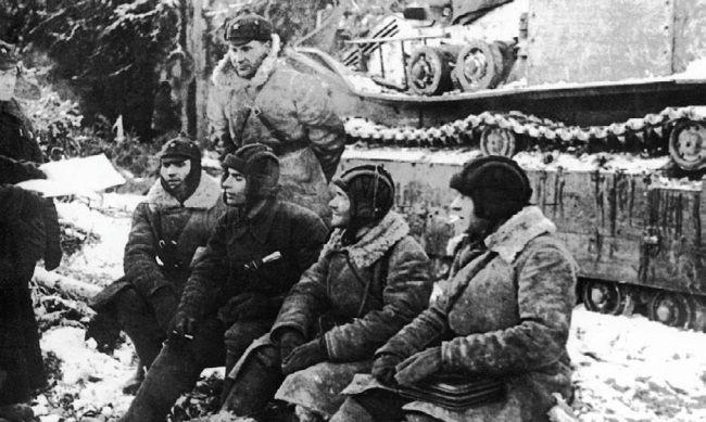 Старший политрук Брагин проводит политинформацию среди танкистов 90-го танкового батальона 20-й танковой бригады. Февраль 1940 г.