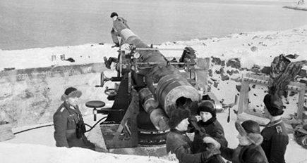 130-мм орудия на позициях.