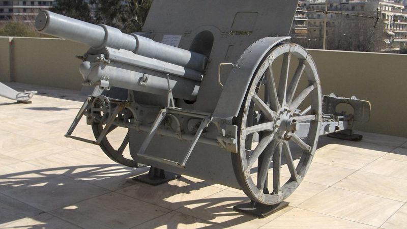 Аналогичные 100-мм гаубицы размещались в казематах.