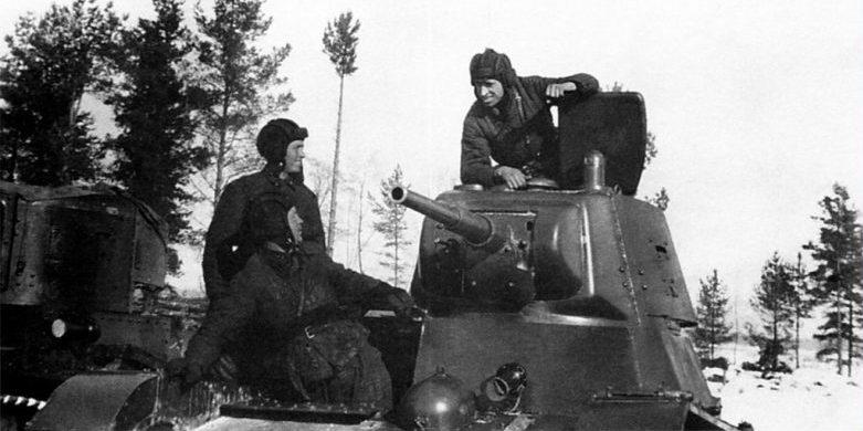Экипаж легкого танка Т-26 перед боем. Февраль 1940 г.