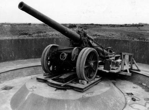 155-мм орудие на открытой позиции.