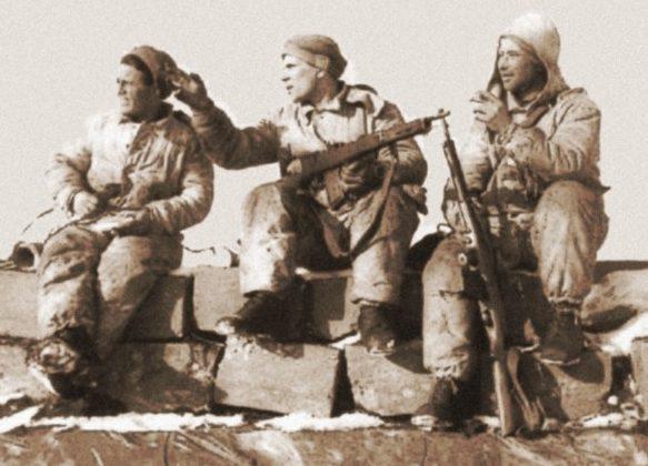 Бойцы диверсионно-разведывательного подразделения Сестрорецкого погранотряда на крыше захваченного дота на линии Маннергейма. Февраль 1940 г.
