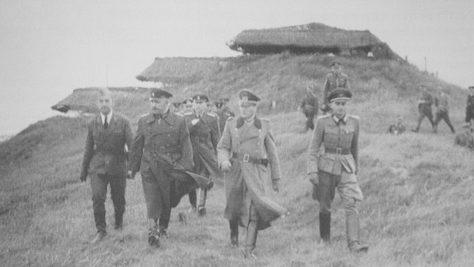 Роммель с инспекцией батареи. 1944 г.