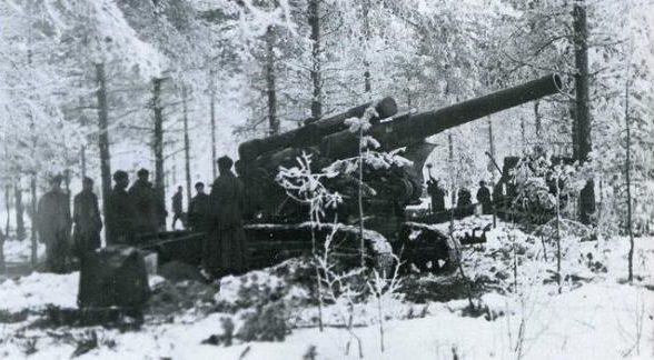 Красноармейцы ведут огонь по линии Маннергейма из 203мм гаубицы Б-4. Февраль 1940 г.