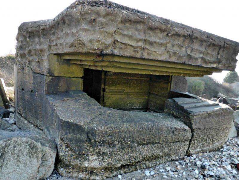 Бункеры на берегу.
