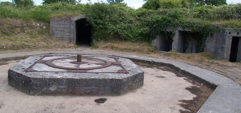 Открытая позиция 155-мм орудия в годы войны и сегодня.