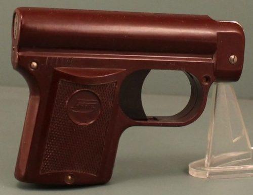 Зажигалка - пистолет из бакелита немецкой фирмы Müller & Grünstein, выпускалась с 1933 года.
