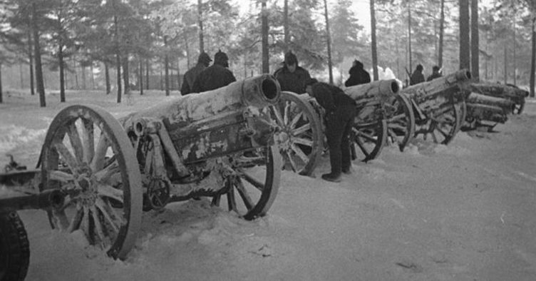 Красноармейцы у трофейных орудий. Февраль 1940 г.