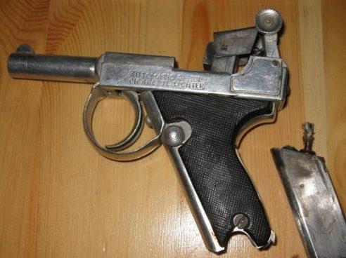 Зажигалка в форме пистолета Парабеллум.