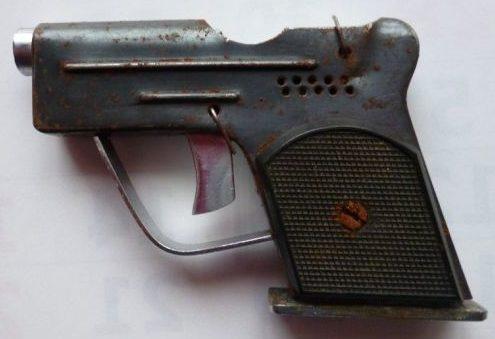 Зажигалка в форме пистолета.