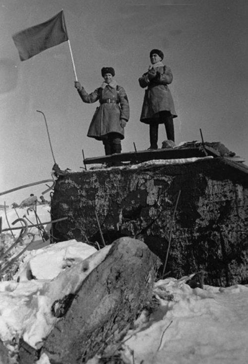 Советские бойцы на взятом ДОТе. Февраль 1940 г.
