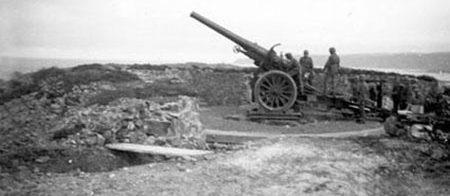Позиция 155-мм орудия во время войны и сегодня.