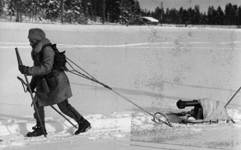 Финский лыжник везет на санях пулемет Шварцлозе. Март 1940 г.