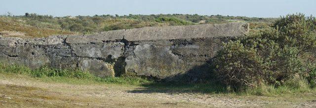 Остатки противотанковой стены вокруг батареи.