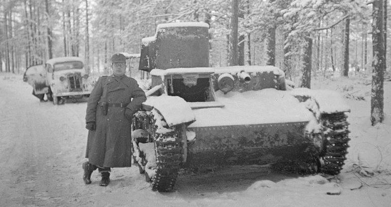 Финский офицер у брошенной советской техники. Март 1940 г.