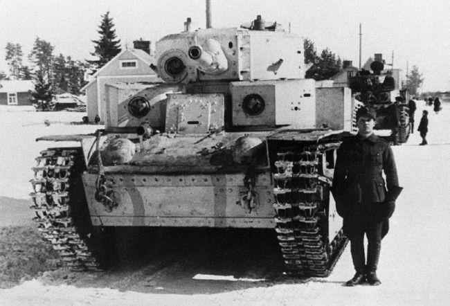 Трофейный финский танк Т-28 в экспериментальном бело-голубом камуфляже у Варкауса. Март 1940 г.