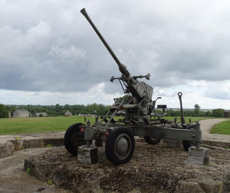 Зенитное орудие на позиции.