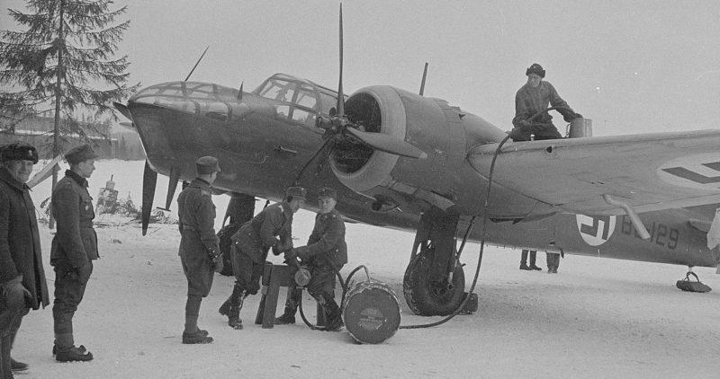 Заправка финского бомбардировщика на авиабазе у озера Луонет в Тиккакоски. Март 1940 г.