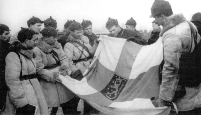 Группа красноармейцев с захваченным финским флагом. Март 1940 г.