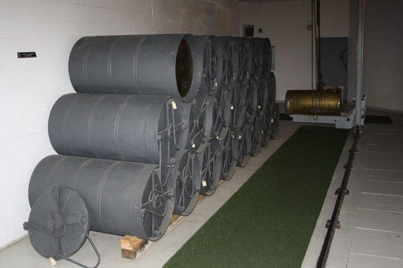Контейнеры с зарядами для орудия.