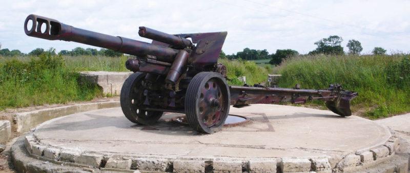 155-мм полевая гаубица на позиции.