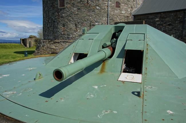 105-мм орудия со стальными куполами в годы войны и сегодня.