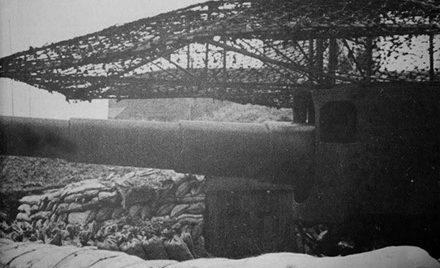 Корабельное 170-мм орудие на позиции.
