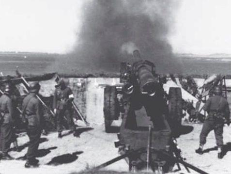 150-мм орудие ведет огонь.
