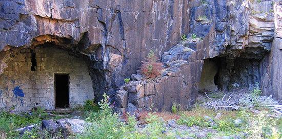 Бункеры батареи, устроенные в скалах.