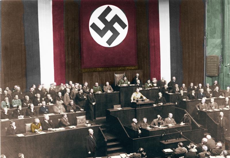 Адольф Гитлер провозглашает Закон с трибуны Рейхстага.