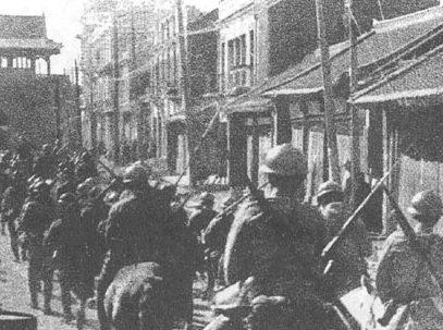 Японские войска входят в Мукден.