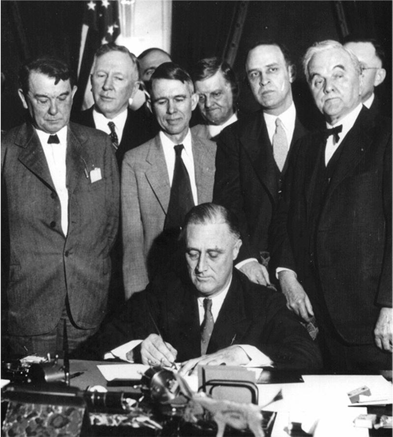 Президент Рузвельт среди сенаторов. 1933 г.