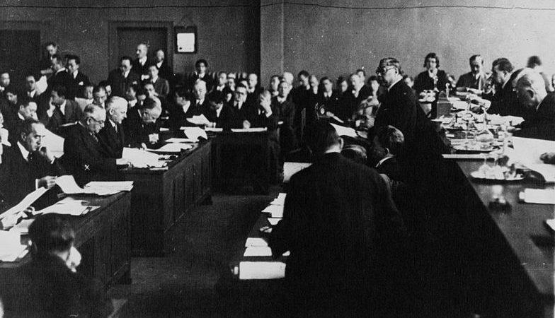 Китайский делегат выступает в Лиге наций по поводу маньчжурского кризиса 1932 года.