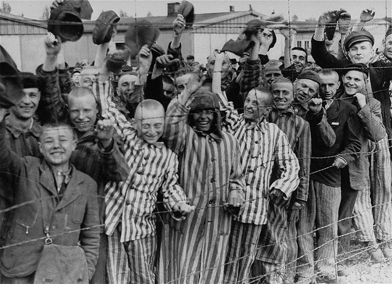 Узники Дахау приветствуют освободителей.