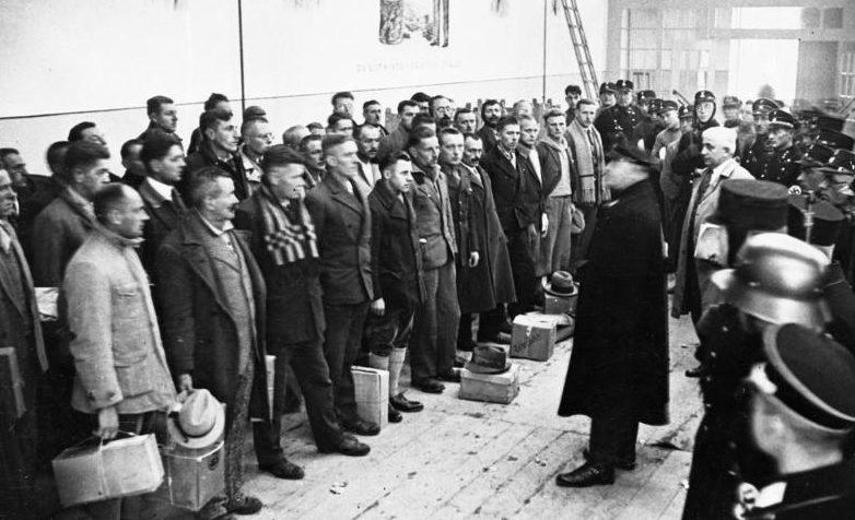 Комендант лагеря произносит речь перед помилованными узниками к Рождеству 1933 года.