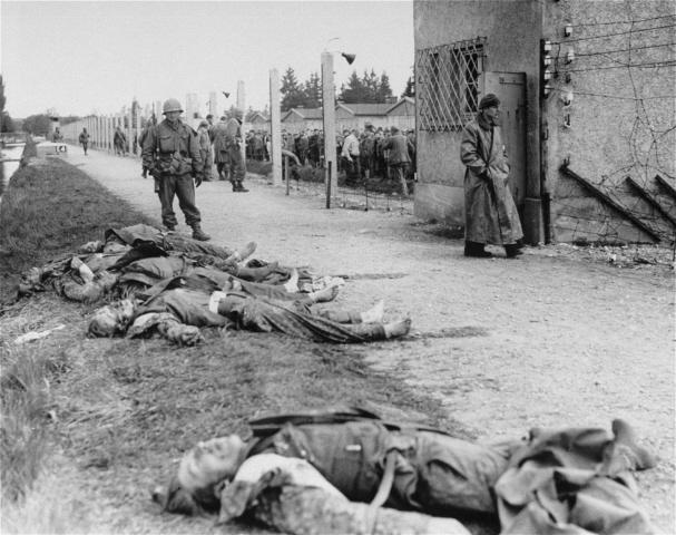 Расстрелянные немцы на территории лагеря.