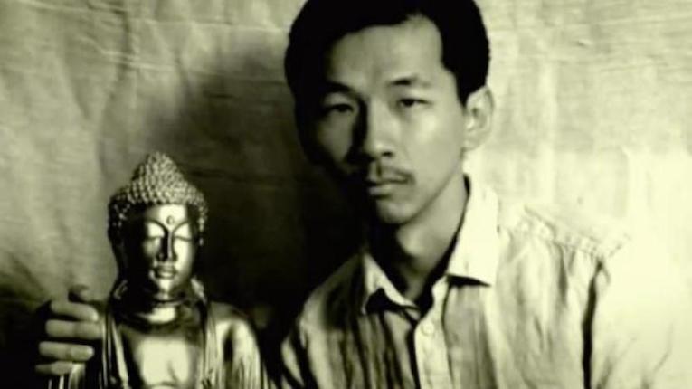 Рохелио Роксас со статуей Будды.