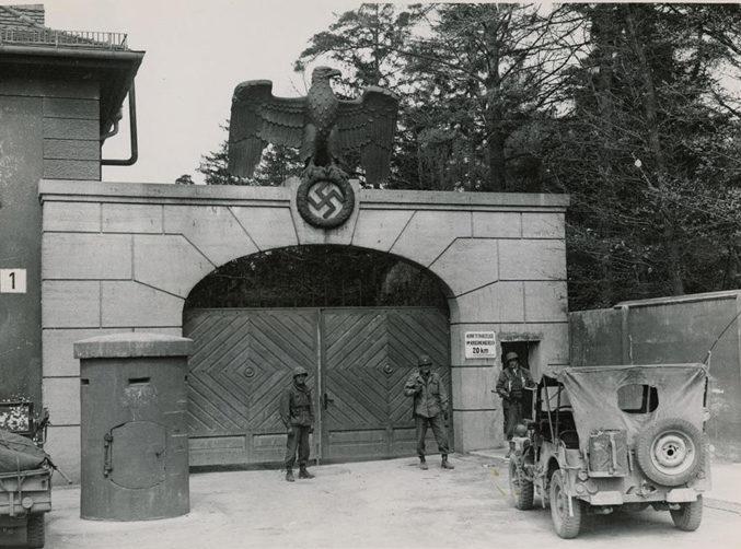 Американские солдаты охраняют главный вход в Дахау после освобождения. Апрель 1945 г.