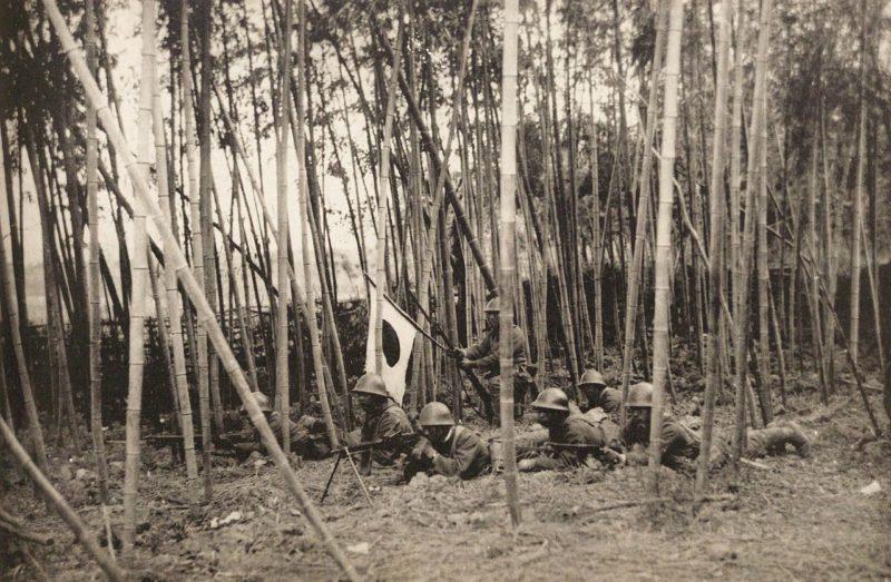 Японские пехотинцы атакуют.
