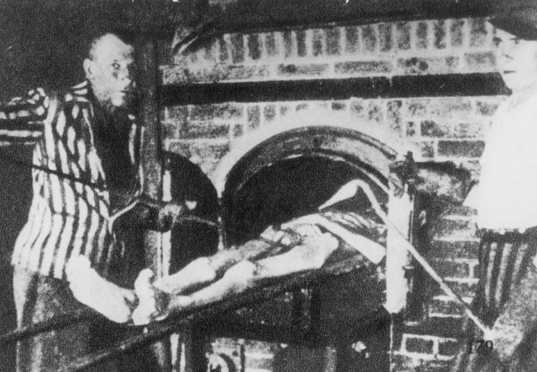 Сжигание тела узника в крематории.