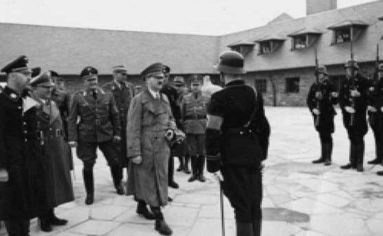 Гитлер и Гиммлер в концлагере Заксенхаузен с инспекцией фальшивомонетчиков.