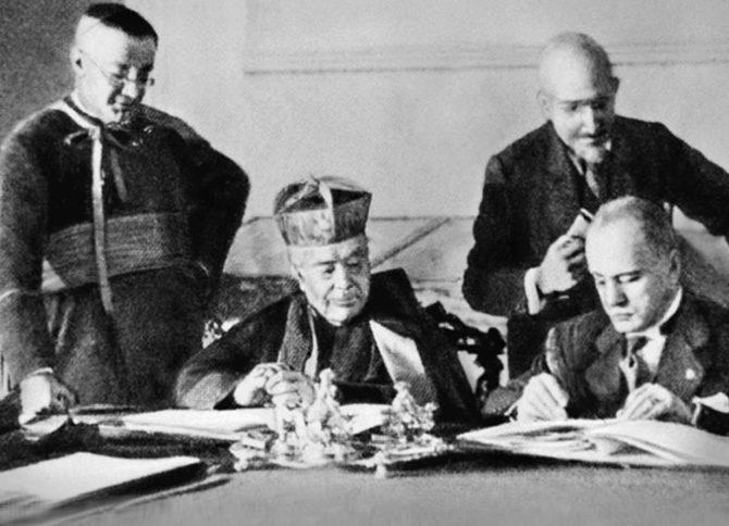 Бенитто Муссолини и кардинал – государственный секретарь П. Гаспарри подписывают Латеранские соглашения. 1929 г.