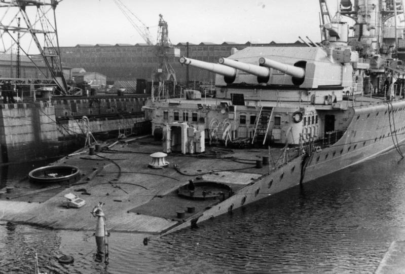 Крейсер «Lutzow» с оторванным кормой в гавани Киля. 13.04.1940 г.