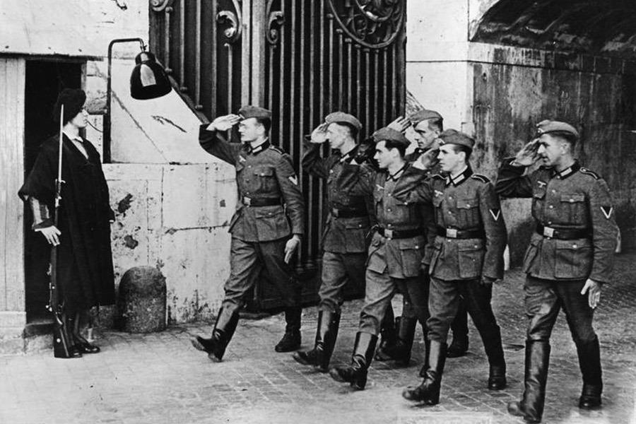 Солдаты Вермахта и часовой папской гвардии. Рим, 1942 г.
