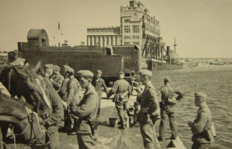 Немцы у Николаевского элеватора. Август 1941 г.