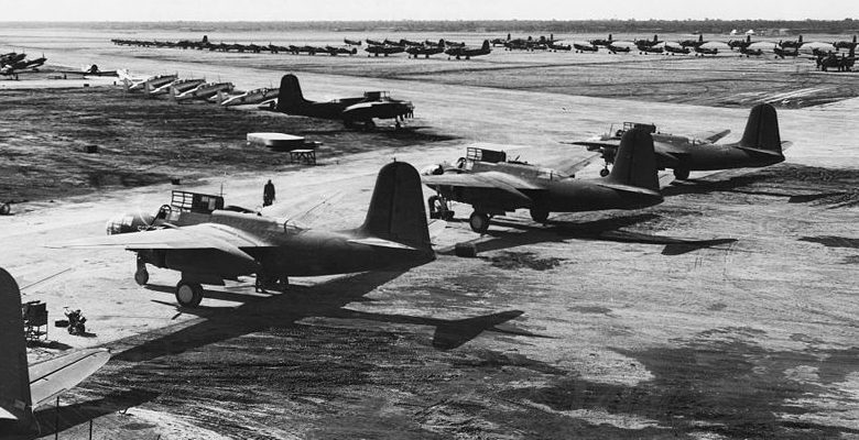 Американские самолёты, предоставлявшиеся по программе ленд-лиза, ждут передачи СССР на аэродроме Абадана. Иран, 1942 г.
