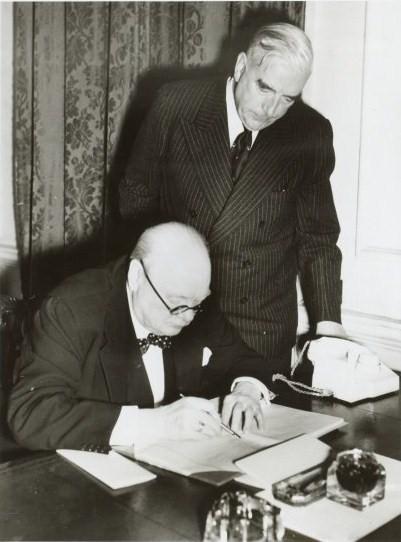 Непримиримые враги – премьер-министр Великобритании Уинстон Черчилль и премьер-министр Ирландии Эймон де Валера.