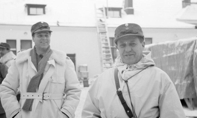 Шведские офицеры в Торнио. На переднем плане майор Винге, открывший первый частный пункт записи добровольцев. 1940 г.
